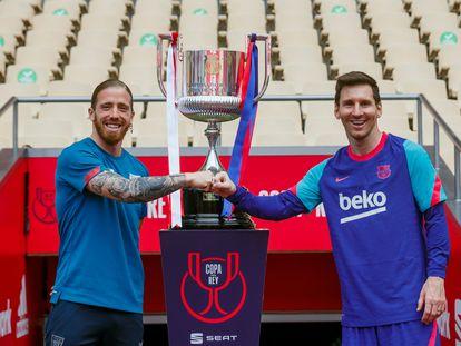 Los capitanes del Athletic y del Barcelona, Muniain y Messi, posan junto a la Copa del Rey.