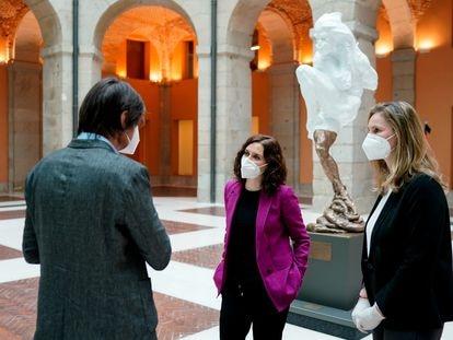Díaz Ayuso, en la recepción ofrecida el 14 de marzo en la Real Casa de Correos al escultor Víctor Ochoa, que hizo hecho entrega al Gobierno regional de la donación de su obra.