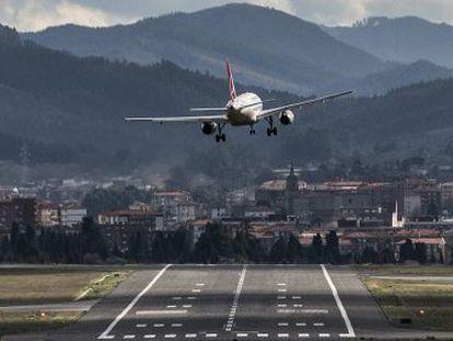 Un avión aterriza con problemas a causa del viento en Loiu (Bizkaia).