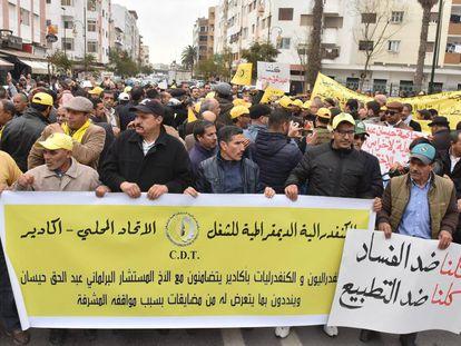 Manifestantes protestan ante un tribunal de Rabat por el proceso judicial contra cuatro periodistas el pasado mes de enero.