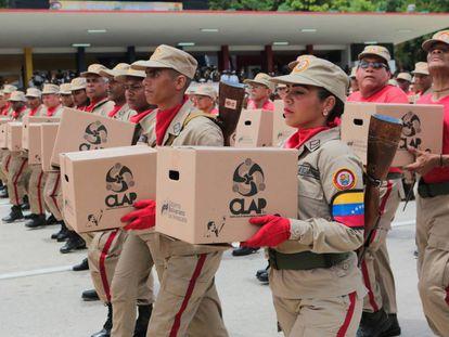 La milicia venezolana carga cajas CLAP en una celebración nacional el 5 de julio.