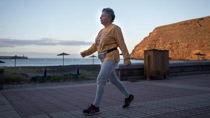 Josefa de la Fe, en el paseo de la playa de San Sebastián de La Gomera, este sábado.