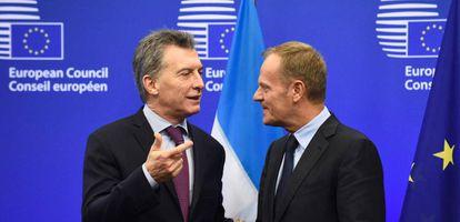 El presidente del Consejo Europeo, Donald Tusk recibe al presidente de Argentina, Mauricio Macri, en Bruselas, este lunes.
