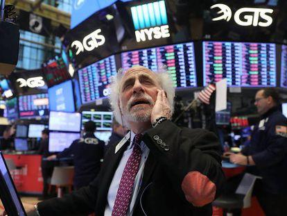 Un agente bursátil sigue el desplome de los valores el jueves