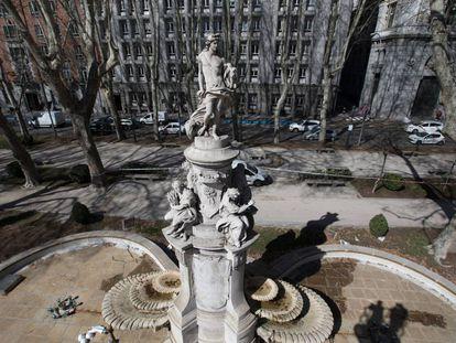 La fuente de Apolo, situada en el paseo del Prado de la capital, entre las fuentes de Neptuno y Cibeles.