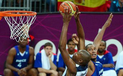 Kevint Durant lanza a canasta.