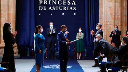 Salvador Balboa Palomino, médico interno Residente de 5º año de Medicina Intensiva en la UCI del HUCA y Verónica Real Martínez, directora de Enfermería en el Hospital Covid-19 IFEMA y en la actualidad supervisora de Enfermería en el Servicio de Urgencias Extrahospitalarias de la Comunidad de Madrid SUMMA 112 recogen el galardón del Premio Princesa de Asturias de la Concordia.
