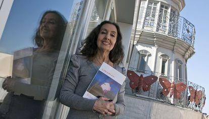 Eugenia Montero, con su libro sobre José Padilla, en Almería.