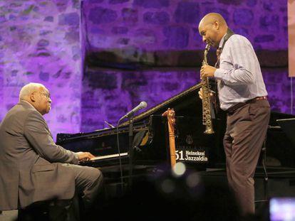 Ellis Marsalis toca el piano en el festival jazz de San Sebastián acompañado por su hijo Branford.