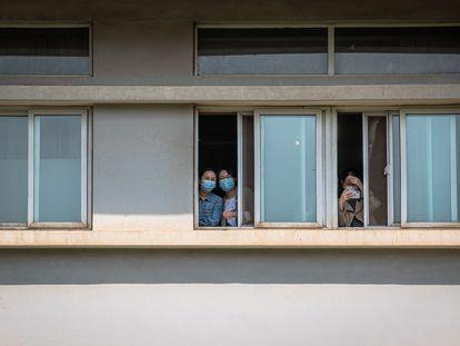Un grupo de mujeres con mascarilla mira desde el hospital Jinjiantang de Wuhan.