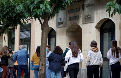 Jóvenes vascos aguardan para someterse a un cribado en San Sebastián este jueves tras detectar cerca de medio centenar de positivos por covid entre chavales que hicieron un viaje de fin de curso a Mallorca