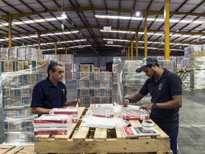 Trabajadores empaquetan libros de texto, en Tlalnepantla (México).