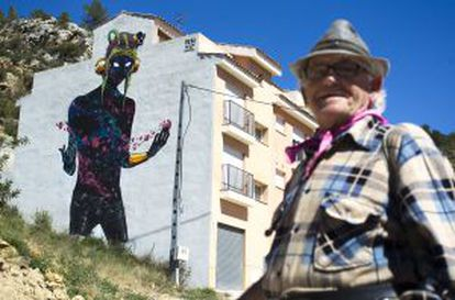 Un vecino de Fanzara frente a una de las intervenciones de `street art´.