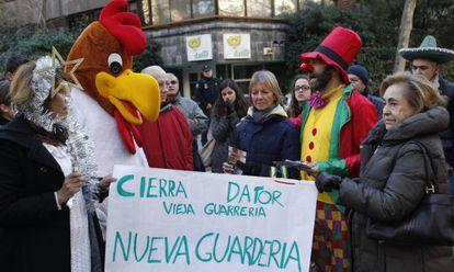 Varios activistas antiabortistas se manifiestan frente a la clínica Dator de Madrid.