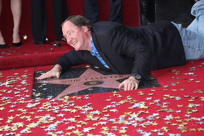 John Lasseter, creador de Pixar, besa su estrella en el Paseo de la Fama.
