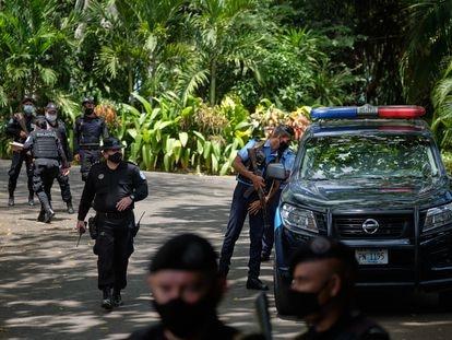 Policía frente a la casa de Cristiana Chamorro, en Managua, este miércoles.