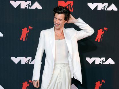 Shawn Mendes posa en la alfombra roja de los MTV Video Music Awards el pasado domingo en Nueva York vestido de la firma española Mans.