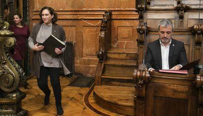La alcaldesa de Barcelona, Ada Colau, y el líder del PSC, Jaume Collboni, en un Pleno del Ayuntamiento.