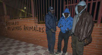 De izquierda a derecha, Mor, David y Moussa, tres senagaleses que suelen acampar en el exterior de la estación de autobuses.