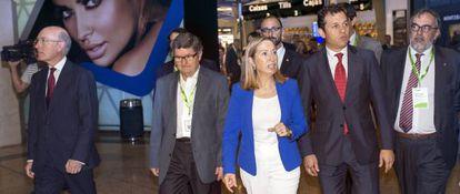 La ministra de Fomento, Ana Pastor, durante la vista de la remodelada zona comercial de la T2 en el Aeropuerto de El Prat.