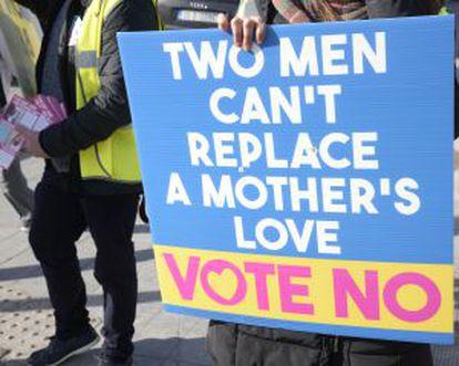 """Un cartel por el no: """"Dos hombres no pueden remplazar el amor de una madre""""."""