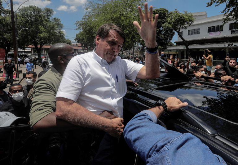 El presidente de Brasil, Jair Bolsonaro, saluda a sus seguidores tras votar en la segunda vuelta de las municipales en Río de Janeiro.