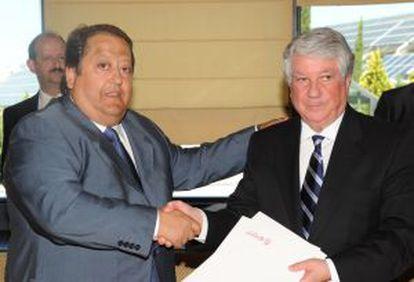 Alonso Tezanos, presidente de Cecoma, y Arturo Fernández, presidente de la patronal madrileña, en la firma de un convenio con Fedecam