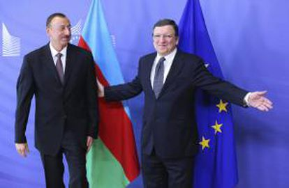 El presidente de la Comisión Europea, José Manuel Durao Barroso (dcha), da la bienvenida al presidente azerbaiyano, Ilham Aliyev (izq), antes de la reunión mantenida en la sede de la Comisión Europea en Bruselas (Bélgica) hoy, viernes 21 de junio de 2013.