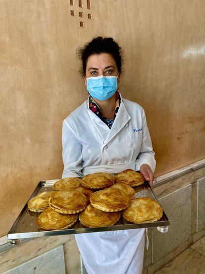 Celia Balanza con una bandeja de pasteles pequeños. J.C. CAPEL