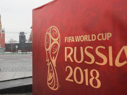 Cartel del Mundial de Fútbol frente al palacio del Kremlin.