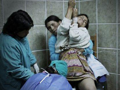 Las mujeres en Churcampa están acompañadas por matronas durante sus partos verticales.