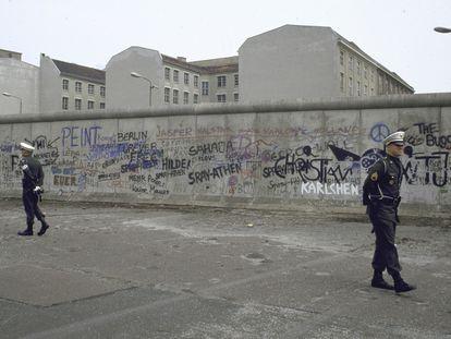 Military patrolling west side of Berlin Wall.    (Photo by Diana Walker/Getty Images) junio de 1987