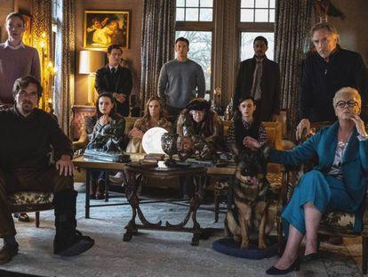 La familia Drysdale, cuyo patriarca ha fallecido al inicio de la trama, en un fotograma de 'Puñales por la espalda'. En l vídeo, Boyero habla sobre la película.