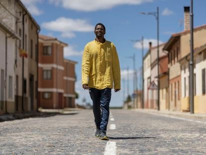 Bazie pasea por el pueblo donde reside, Quintana Redonda. Luce una camisa de Burkina Faso que se suele vestir en ocasiones especiales.
