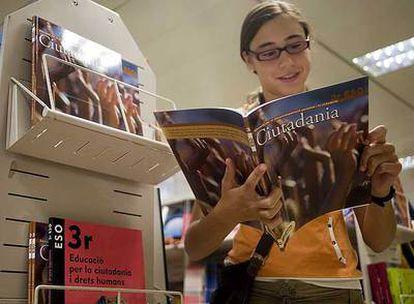 Una alumna consulta un texto de Educación para la Ciudadanía.