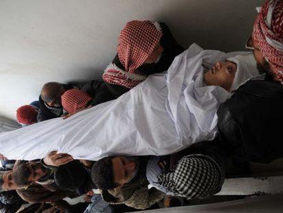 Traslado de un joven muerto por la represión del régimen sirio en Idlib.