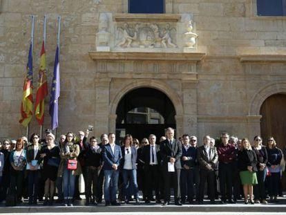 Concentración en repulsa de la violencia machista frente al Ayuntamiento de Llíria hace cuatro años.