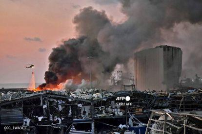 Un helicóptero en labores de extinción en el lugar de la catástrofe.
