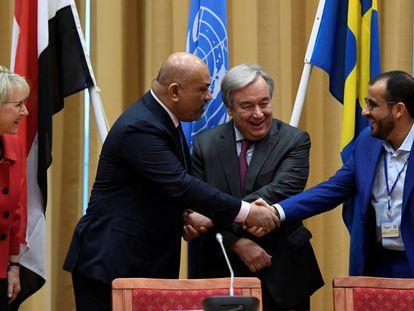 El jefe de la delegación Huthi, Mohammed Abdul Salam (derecha), y el Ministro de Exteriores de Yemen, Khaled al Yemani, se dan la mano junto al secretario general de la ONU, Antonio Guterres, este jueves en Rimbo (Suecia).