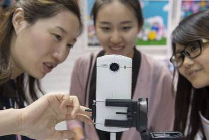 Participantes en el MWC de Shanghái prueban en Meitu V4s.