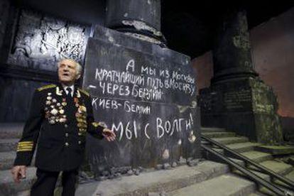 Nikolai Belyaev visita en 2015 una exposición sobre la batalla de Berlín en San Petersburgo.