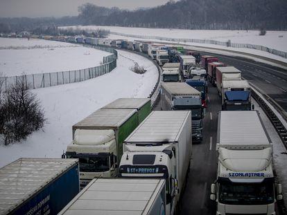 Camiones, el lunes en una retención en una autopista en Usti nad Labem (República Checa), cerca de la frontera alemana.