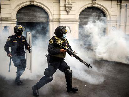 La policía lanza gases lacrimógenos en una protesta por la destitución de Martín Vizcarra este 10 de noviembre en Lima.