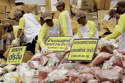 Funcionarios tailandeses apilan distintas sustancias estupefacientes incautadas para su destrucción en Ayutthaya, en el centro del país.