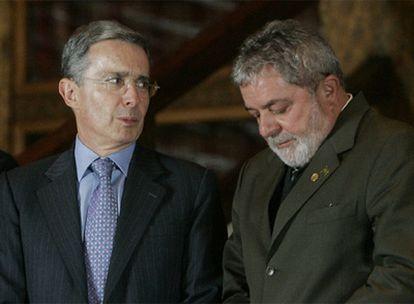 El presidente de Colombia, Álvaro Uribe, junto al presidente de Brasil, Luiz Inácio Lula da Silva, en la cumbre de Unasur celebrada en Bariloche (Argentina)