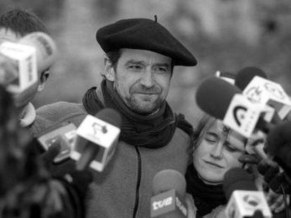El histórico dirigente etarra, fugado desde 2002, ha leído el comunicado de la disolución de la banda