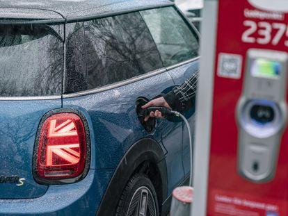Un vehículo eléctrico durante el proceso de recarga, en una imagen de archivo.