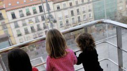 Tres niñas en el ascensor del Museo Reina Sofía de Madrid.