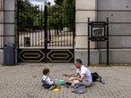 Un padre juega con su hijo en la calle (Madrid).