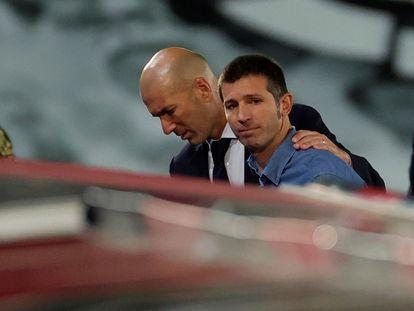 Zidane y Celades, en Valdebebas en este jueves.